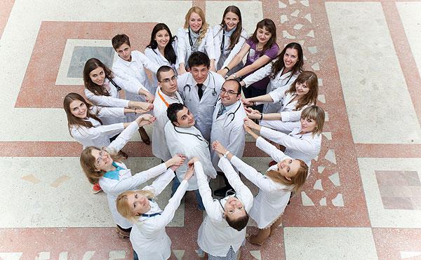 Студенты лечебного факультета в холе БГМУ
