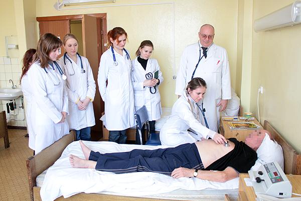 Профессор А.Э.Макаревич со студентами