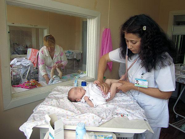 к.м.н., доцент Логинова И.А. проводит осмотр новорожденного