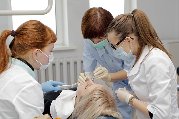 Доцент Полянская Л.Н. помогает студентам выбрать оптимальную врачебную тактику