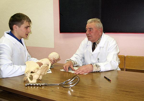 Профессор строг, но справедлив – Г.И. Герасимович принимает экзамен по акушерству