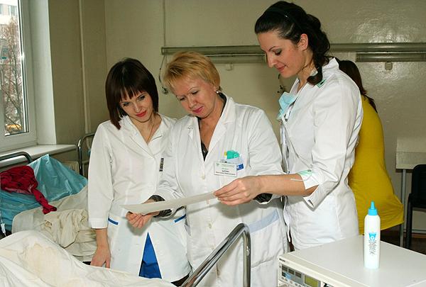 Доцент С.Н. Царева разбирает КТГ плода совместно с клиническим ординатором и интерном