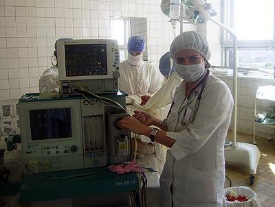 Доцент кафедры анестезиологии и реаниматологии Ржеутская Р.Е. проводит анестезиологическое обеспечение высокотехнологичной операции в нейрохирургической операционной.
