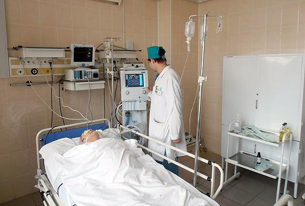 Ассистент кафедры анестезиологии и реаниматологии Грачев С.С. корректирует параметры респираторной поддержки у тяжело больного пациента.
