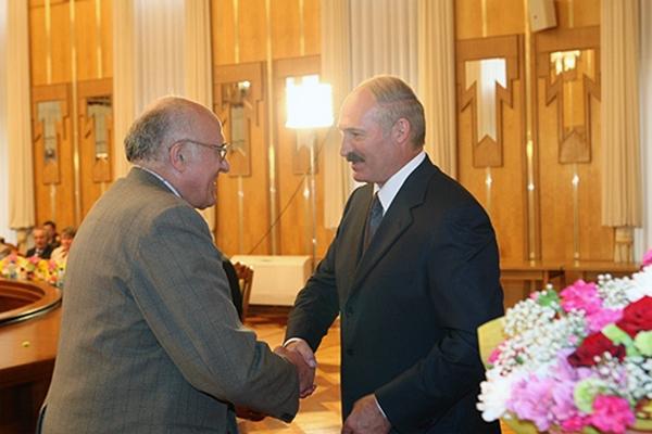 Президент РБ  А.Г. Лукашенко награждает А.А. Астапова