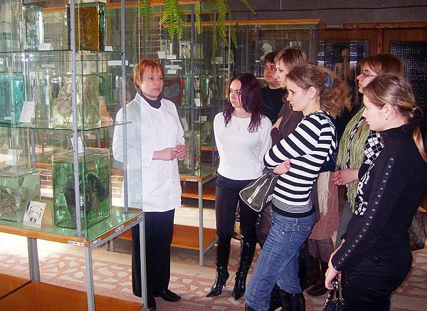 Старший преподаватель Пасюк А.А. проводит экскурсию в музее кафедры.
