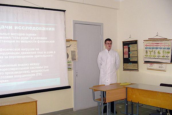 Студент лечебного ф-та П. Соколовский докладывает результаты научной работы