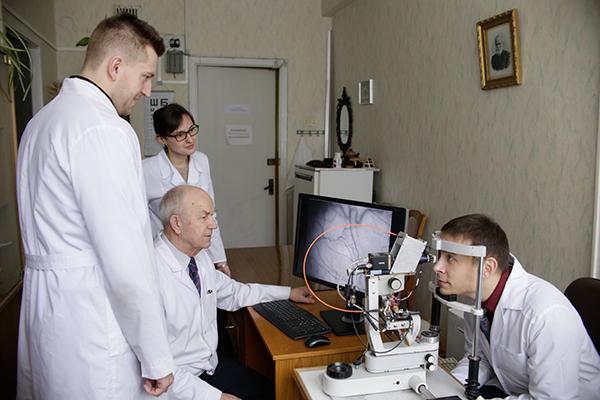 Проф. А.И. Кубарко с аспирантами А.А. Анисимовым, Е.А. Бур, В.Н. Фоменко