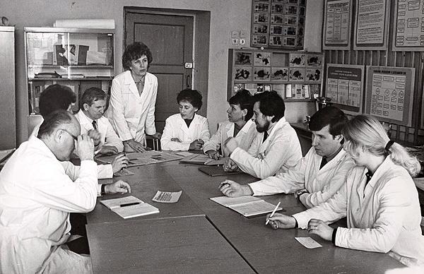 Заседание кафедры в кабинете санитарного просвещения, докладывает доцент Змачинская Нина Федоровна, 1989 г.