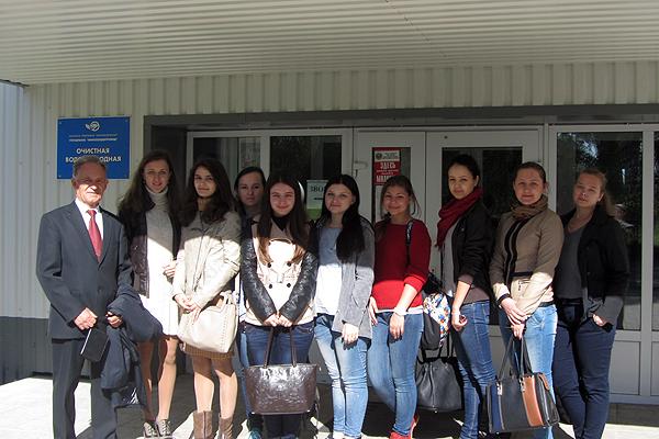 Группа студентов МПФ на станции очистки питьевой воды