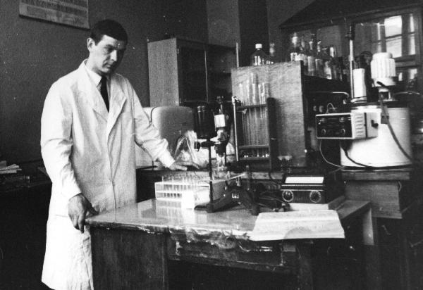 Профессор Барковский Е.В. проводит научный эксперимент