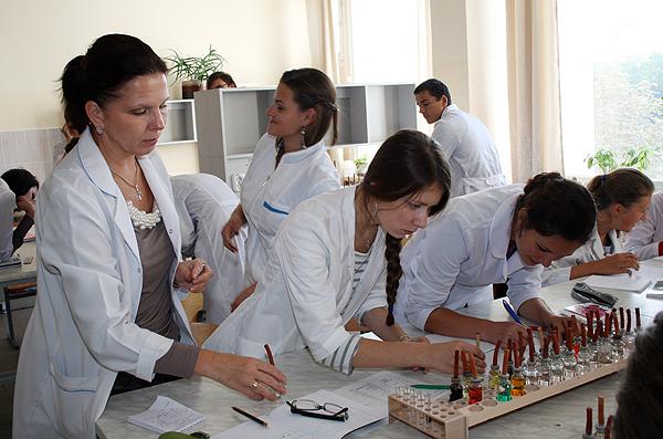 Юзефович О.Н. за выполнением лабораторной работы со студентами