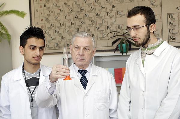 заведующий кафедрой, д.б.н., профессор Барковский Е.В. со студентами