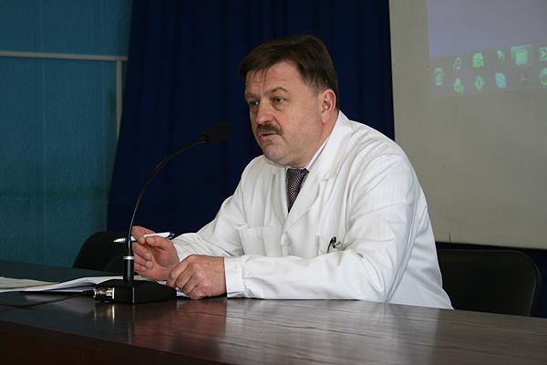 Заведующий кафедрой профессор Прохоров А.В.  проводит конференцию по итогам лечебной работы клиники за неделю.