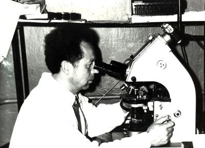 Лазюк Геннадий Ильич, 1967 г. Работает на первом в МГМИ бинокулярном микроскопе МБИ-2