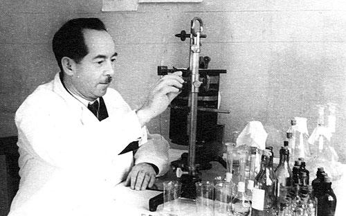 Ассистент Е. Л. Рабинович исследует сыворотку крови туберкулезного больного на содержание ацетилхолина. 1954 г.