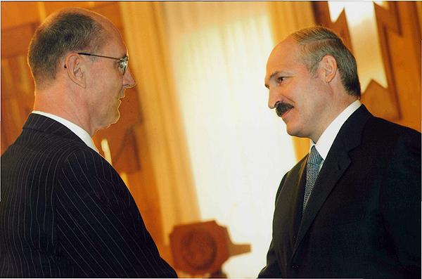 Медаль Ф.Скорины вручает Президент Республики Беларусь