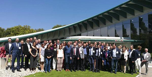 Панорамное фото участников саммита на фоне Европейского Дома Сердца