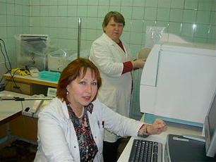 Старшие научные сотрудники лаборатории ВБИ Слабко И.Н. и Симоненко Л.И. проводят идентификацию микроорганизмов на бактериологическом автоматическом анализаторе Vitek 2 Compact 30.