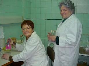 Лаборанты Шкута З.А. и Корыткина А.П. участвуют в постановке эксперимента по изучению устойчивости микробных культур к дезинфектантам с использованием тест-систем, разработанных в лаборатории.