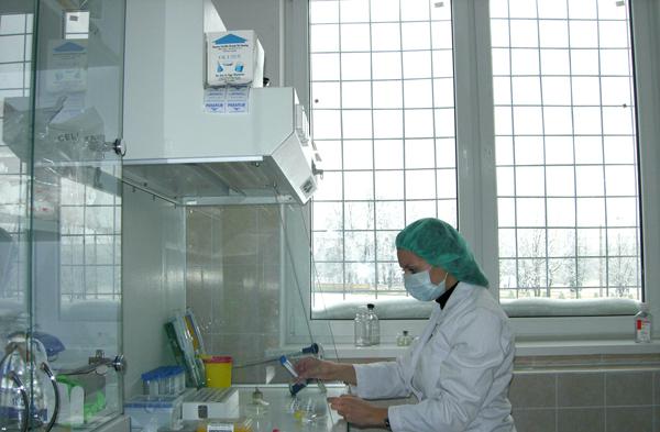 Культуральные работы проводятся в соответствующих условиях в стерильных боксах, оснащенных ламинарными шкафами и CO2-инкубаторами Heraeus.
